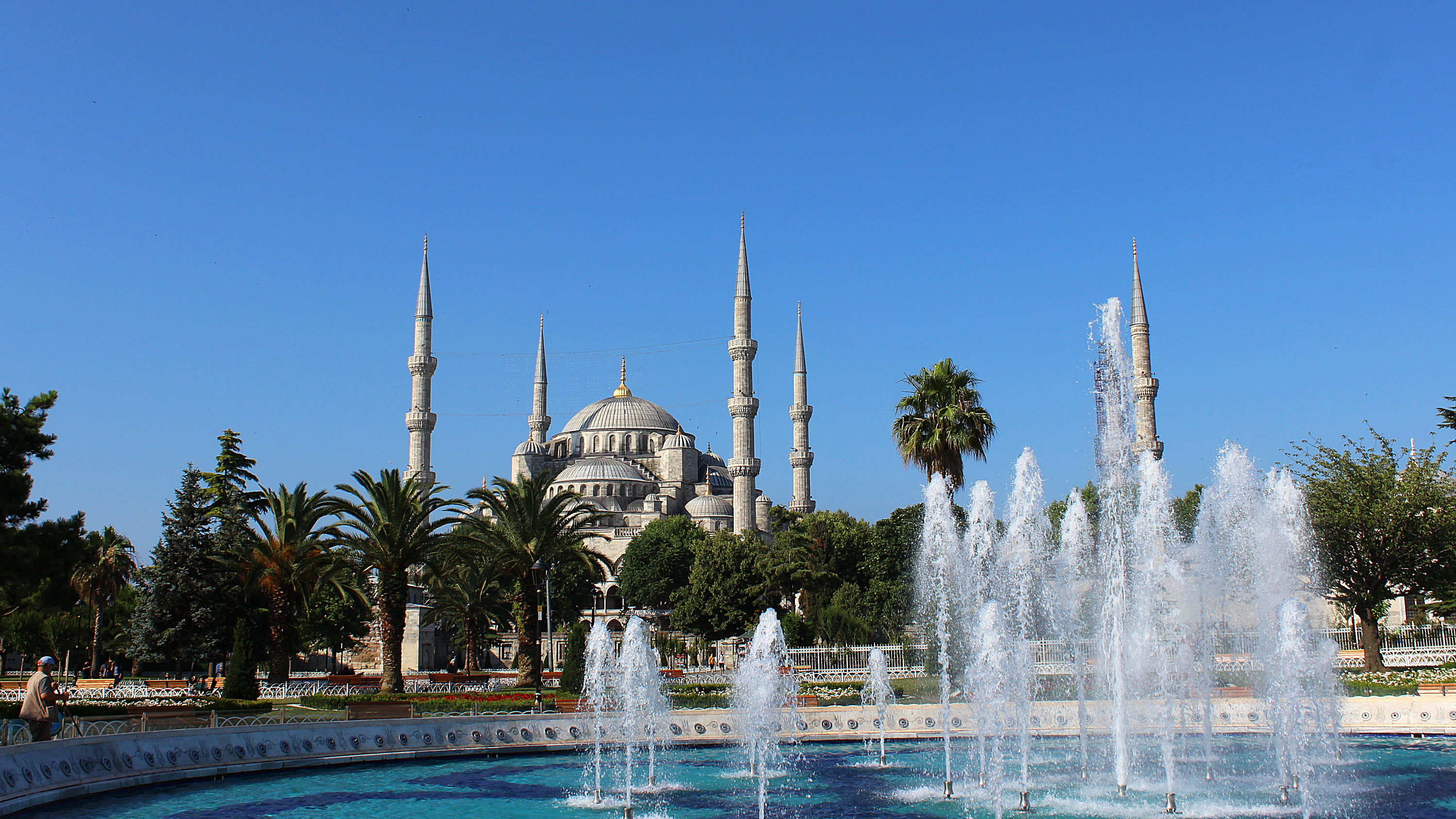 Blue Mosque of Istanbul and a fountain in front.