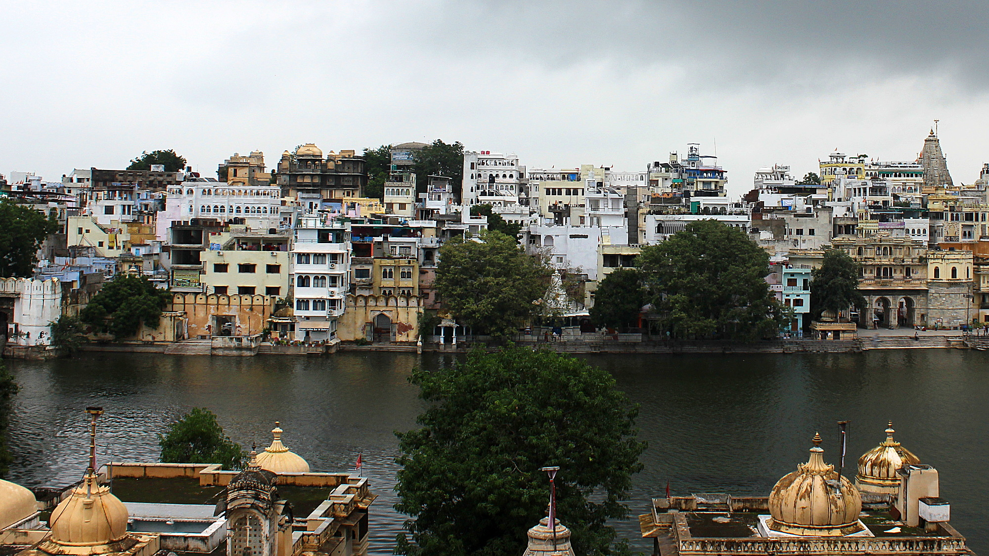 Lake Pichola dividing Udaipur into two areas.