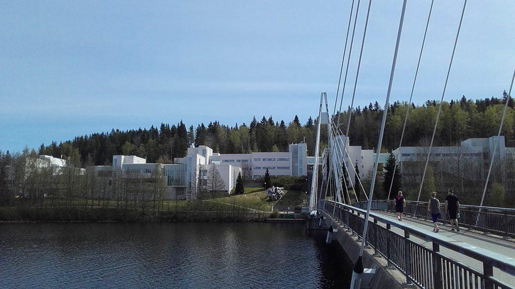 The bridge of Mattilanniemi in the Mattilanniemi campus of University of Jyväskylä, Finland. / Mattilanniemen silta Jyväskylän yliopiston kampuksella.