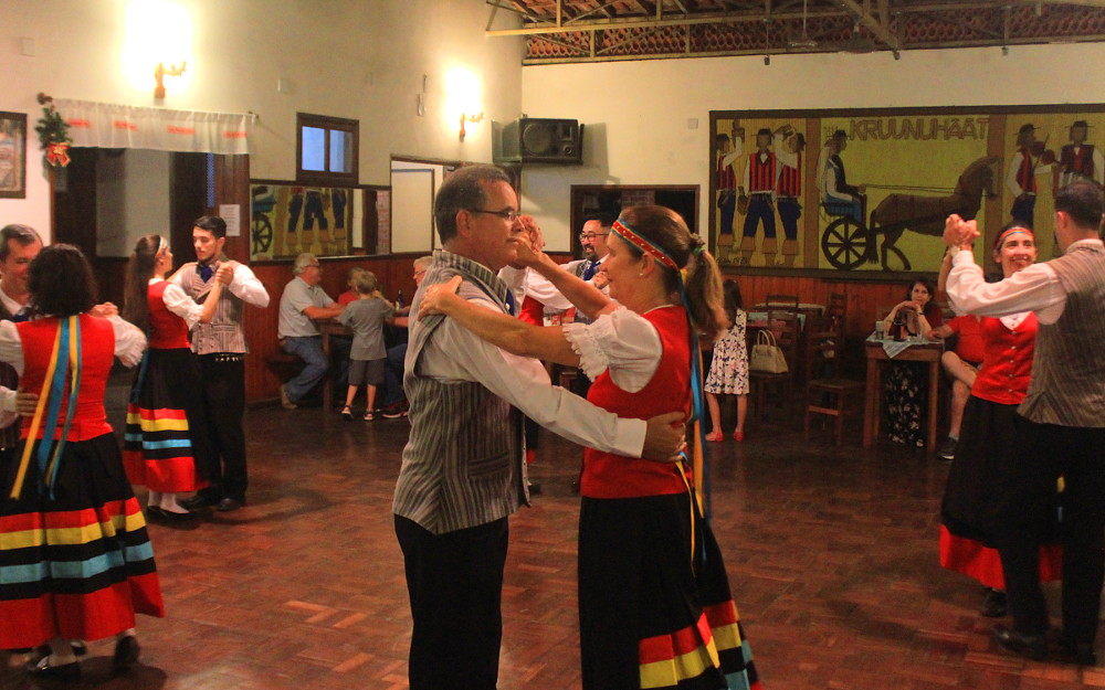 Finnish folk dance at Penedo Clube Finlandia.